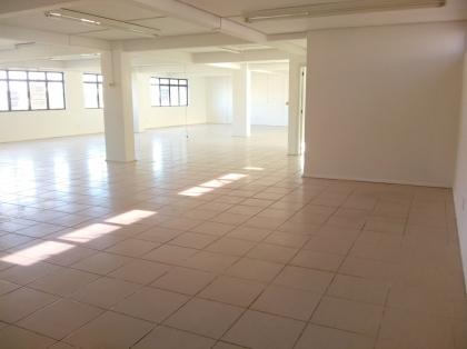 Sala de andar/sobreloja medindo aproximadamente 350m², banheiros.  Valor a consultar.  CÓDIGO CORRETA 1435.