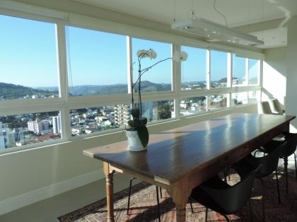 Lindo Apartamento Perto da Escola Mestre Santa Bárbara. Apenas 2 aptos por Andar. Vista panorâmica. Muito sol. Todo mobiliado com qualidade e bm gosto.