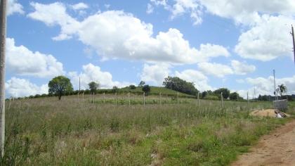 Terreno de 25 x 42,43  em loteamento destinado para sítios de lazer, com rede elêtrica e água, terreno plano, em meio a parerais e linda vista.