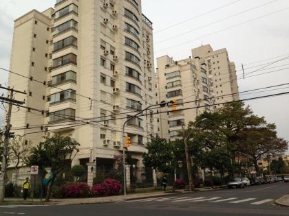Apartamento composto de 03 dormitórios, sendo uma suite, sala de estar/jantar, cozinha, área de serviço, banheiro social e um box de garagem. Apto c/ 84,61m²de área privativa e 125,00m² de Área Total. Posição solar Sul/Oeste. Localizado no Bairro Jardim Botânico em Porto Alegre.